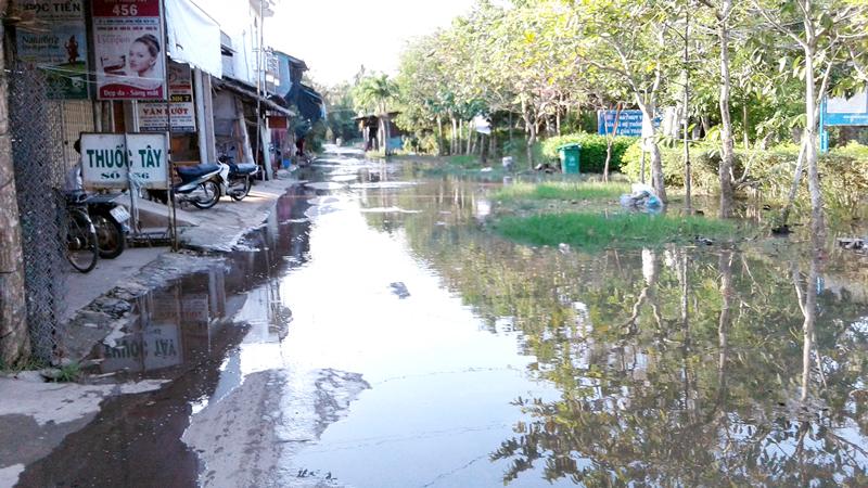 Nước ngập tràn tuyến đường chính xã Hưng Phong. Ảnh: H.Đức