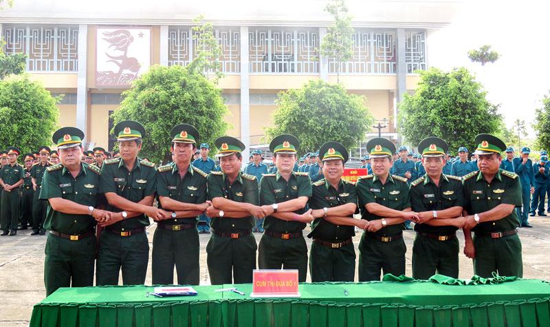 Các đơn vị ký kết giao ước thi đua năm 2018. Ảnh: Trần Quốc.