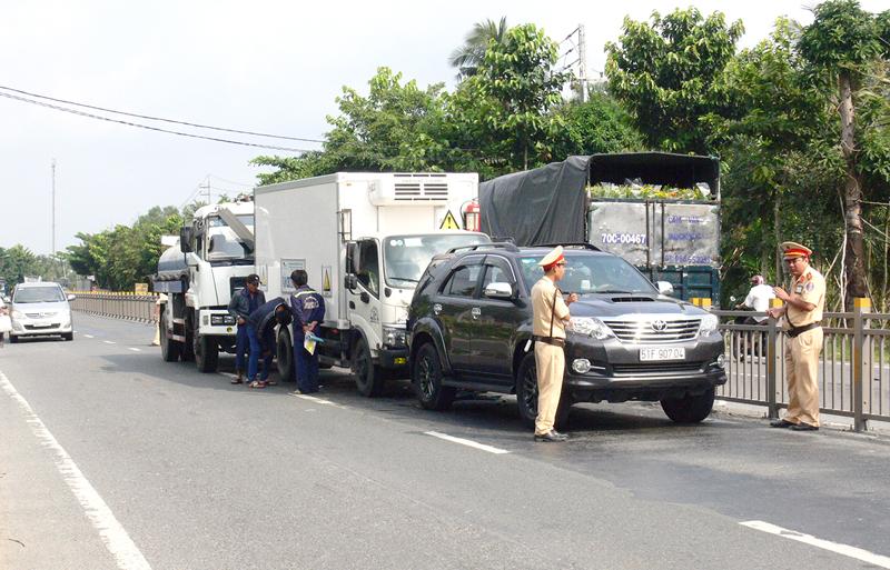 Lực lượng Cảnh sát giao thông kịp thời có mặt xử lý vụ va chạm giao thông đoạn xã Tân Thành Bình (Mỏ Cày Bắc).
