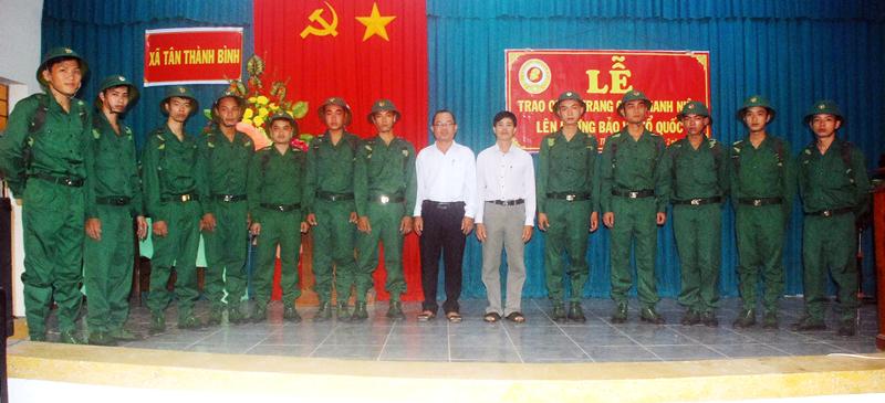 Chính quyền xã Tân Thành Bình (Mỏ Cày Bắc) trao quân trang cho thanh niên lên đường bảo vệ Tổ quốc.
