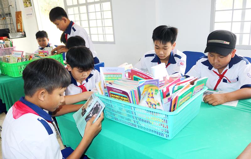 Học sinh lớp 62 Trường THCS Bình Thành tham gia đọc sách tại thư viện trường. Ảnh: P. Hân