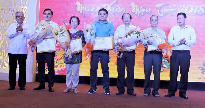 Bí thư Tỉnh ủy Võ Thành Hạo (bìa phải) và ông Lê Tâm Dũng - Trưởng Ban liên lạc đồng hương Bến Tre tại TP. Hồ Chí Minh (bìa trái) tặng hoa cho các đại biểu. Ảnh: P. Tuyết