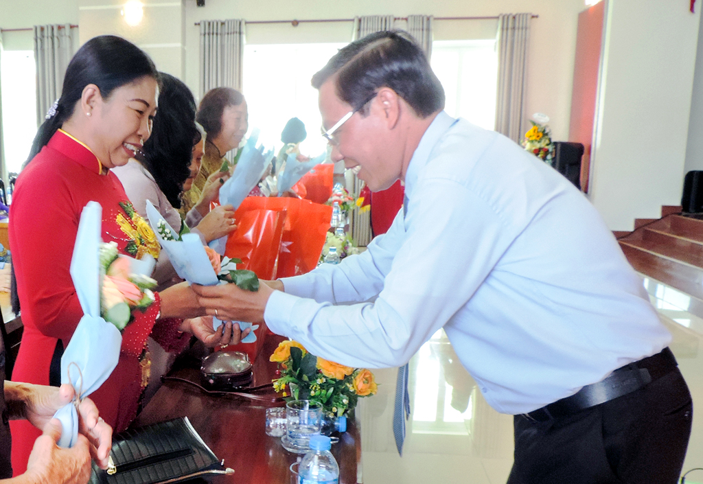 Phó Bí thư Thường trực Tỉnh ủy Phan Văn Mãi trao tặng hoa, quà cho cán bộ hội qua các thời kỳ. Ảnh: P. Tuyết