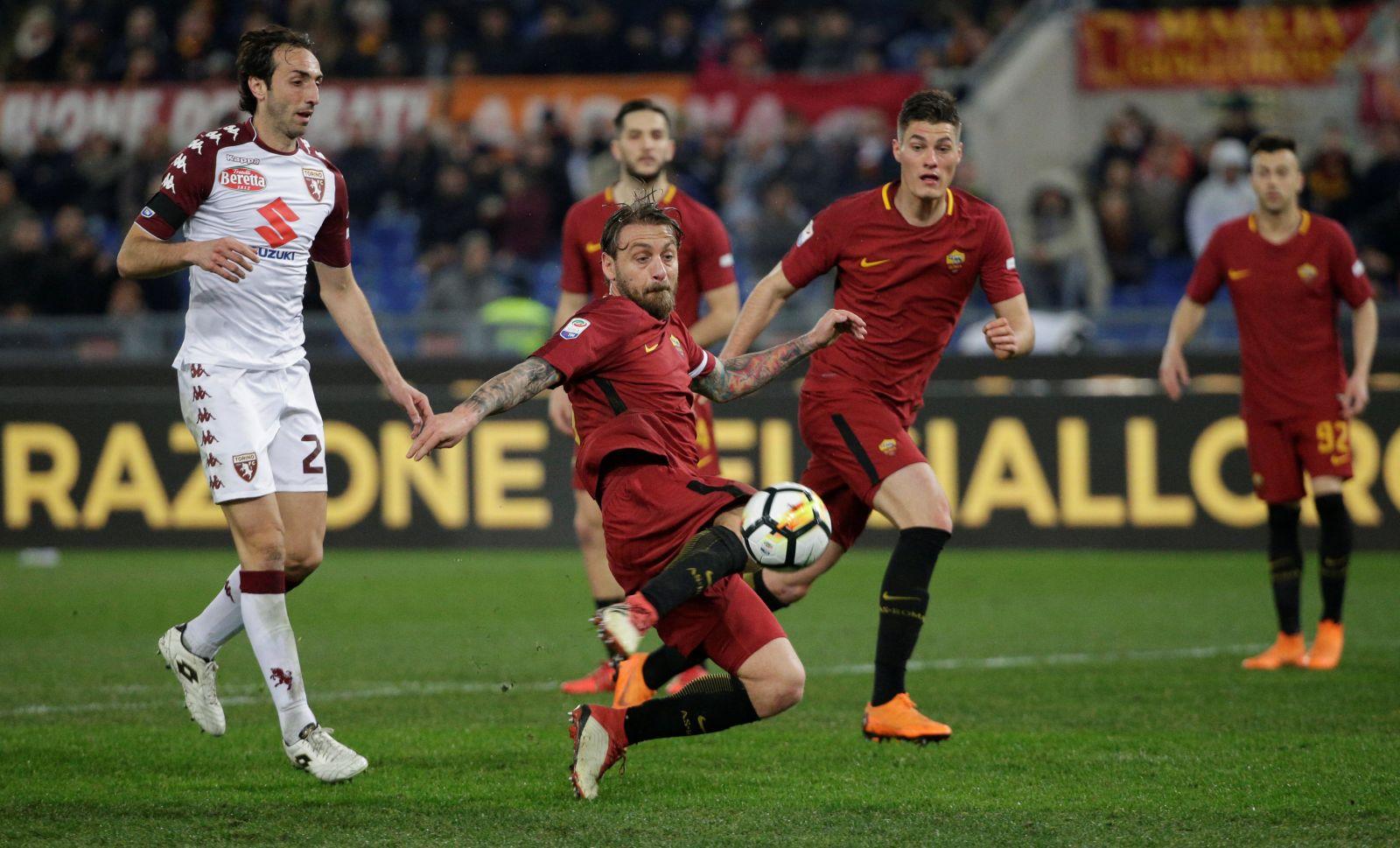 Pha lao người dứt điểm nâng tỉ số lên 2-0 cho Roma của De Rossi. Ảnh: REUTERS