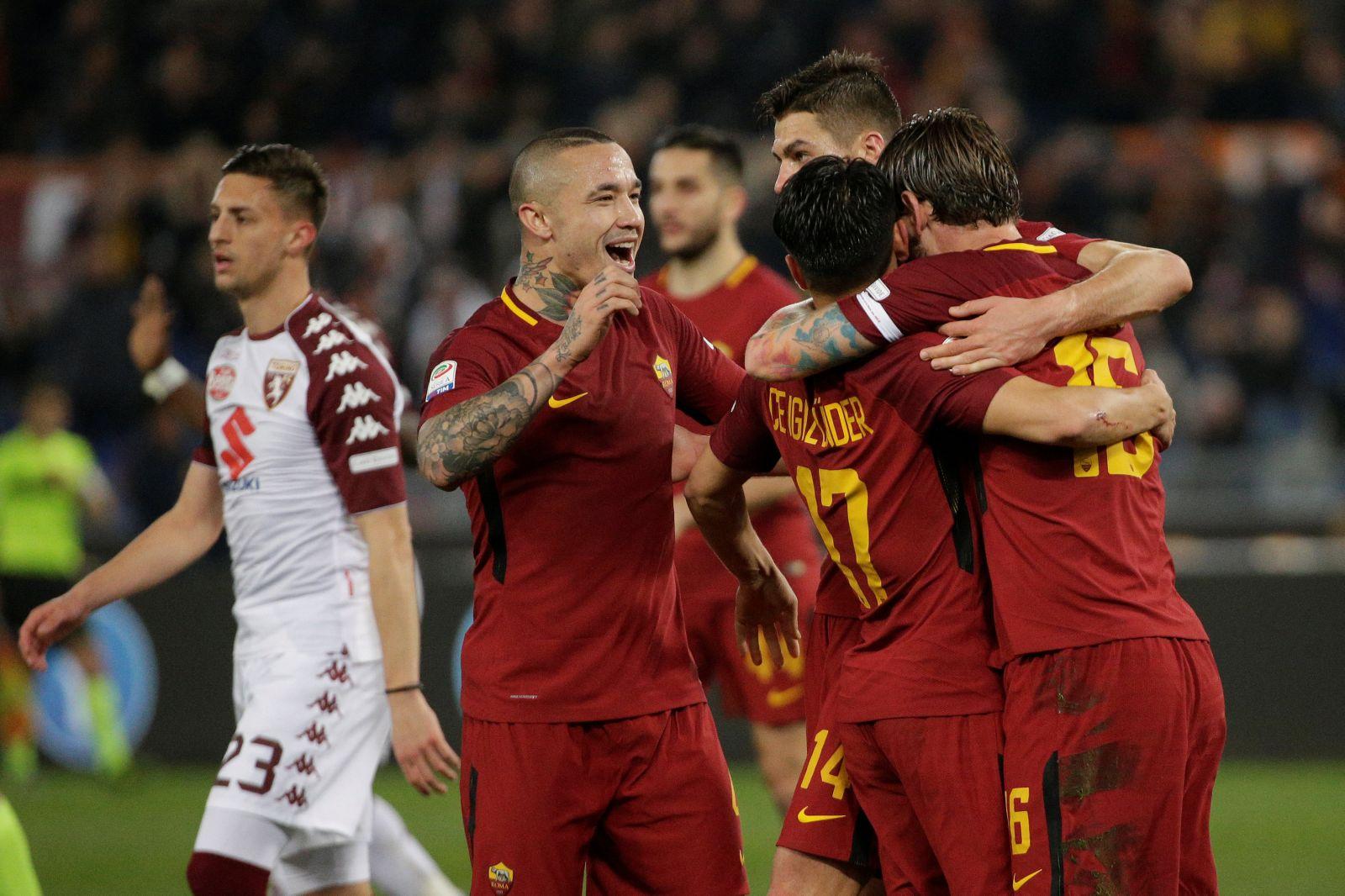 Niềm vui của các cầu thủ Roma sau khi ghi bàn vào lưới Torino. Ảnh: REUTERS