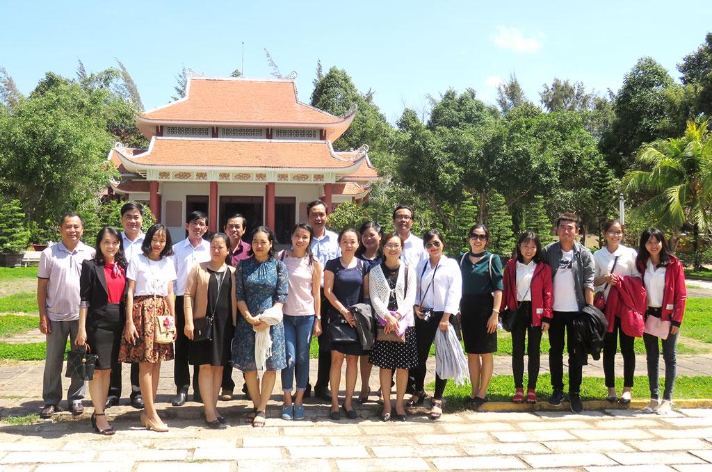 Đoàn về nguồn tại đền thờ và khu lưu niệm Nữ tướng Nguyễn Thị Định. Ảnh: Trần Quốc