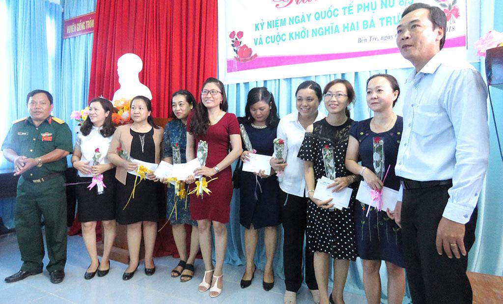 Lãnh đạo các cơ quan báo chí trao hoa và quà cho chị em phụ nữ. Ảnh: Trần Quốc