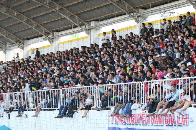 Đông đảo khán giả có mặt trên sân Pleiku trong trận đấu giữa HAGL và B.Bình Dương chiều 10-3. Ảnh: QUANG NGUYỄN
