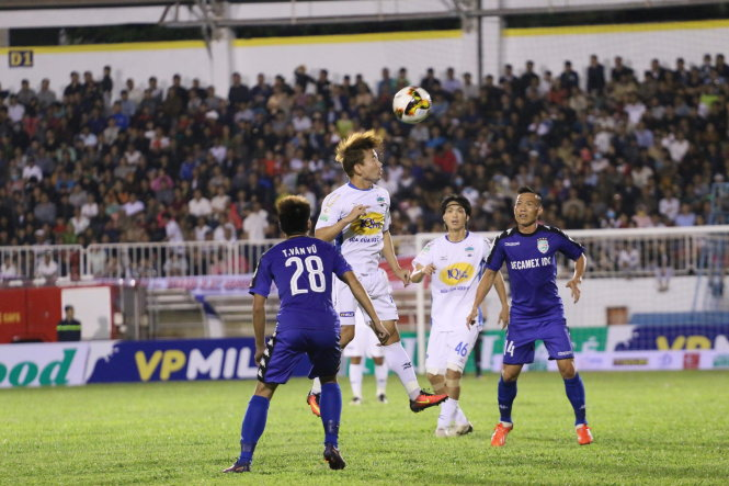 Một pha bóng trong trận Hoàng Anh Gia Lai (áo trắng) hòa Bình Dương 0-0. Ảnh: QUANG NGUYỄN