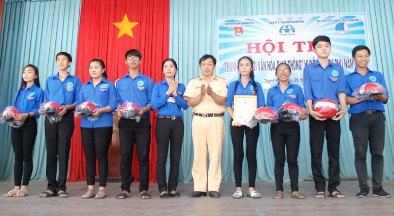 Trao giải nhất cho Đoàn trường THPT Lương Thế Vinh. Ảnh: Văn Minh