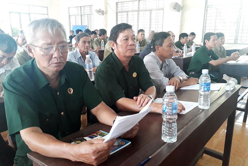 Hội viên cựu chiến binh tiếp cận thông tin về xuất khẩu lao động. Ảnh: Kim Phụng