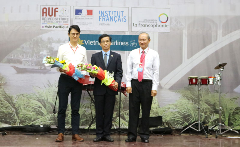 Ông Nguyễn Tấn Đạt - Chủ tịch Liên Hiệp các tổ chức hữu nghị tỉnh tặng hoa cho Tổng Lãnh sự Pháp tại TP. Hồ Chí Minh (bìa trái). Ảnh: Phan Hân