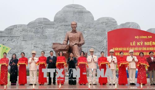 Chủ tịch Quốc hội Nguyễn Thị Kim Ngân và các đại biểu cắt băng khánh thành Khu lưu niệm Sáu điều Bác Hồ dạy Công an nhân dân (Ảnh: Trọng Đức – TTXVN)