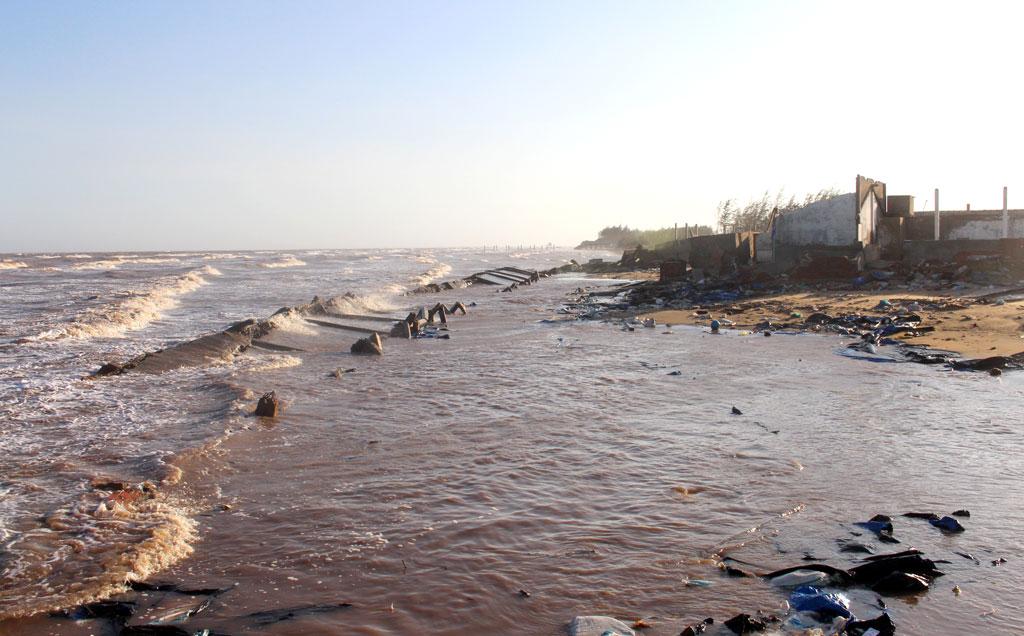 Sạt lở đã phá hủy nhiều công trình tại bờ biển cồn Bửng.