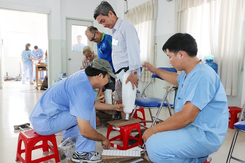 Đoàn y, bác sĩ Hoa Kỳ lắp chân giả cho người dân Bến Tre. Ảnh: Phan Hân