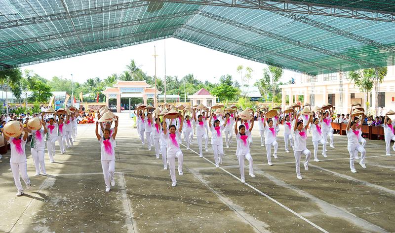 Đồng diễn thể dục dưỡng sinh tại Đại hội Thể dục thể thao xã Mỹ Thạnh An và Trường THPT Lạc Long Quân.