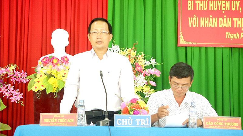 Bí thư Huyện ủy Nguyễn Trúc Sơn phát biểu tại buổi đối thoại. Ảnh: Văn Minh