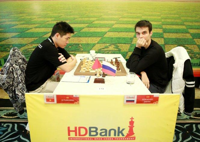 Lê Tuấn Minh (trái) đấu ván 6 ngày 13-3. Ảnh: CTV