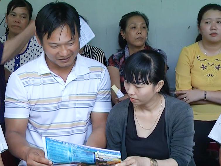Vợ chồng cùng nhau tham gia sinh hoạt tổ phụ nữ gia đình hạnh phúc tiếp cận nhiều thông tin để xây dựng gia đình. Ảnh: Kim Phụng