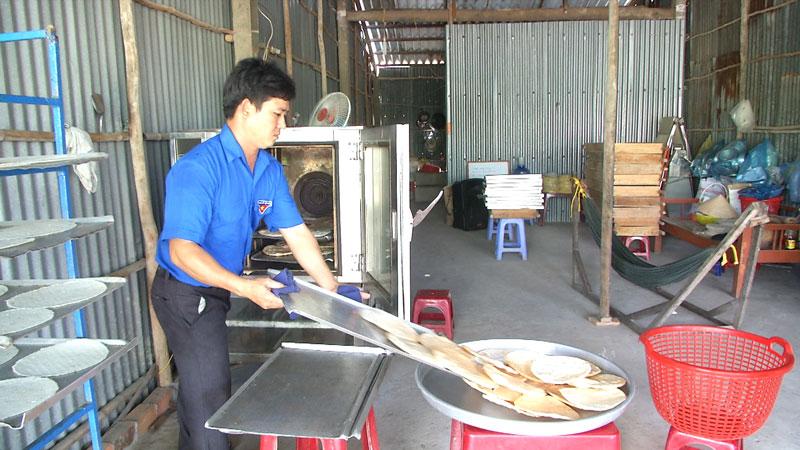 Anh Huỳnh Văn Tính tại cơ sở làm bánh thứ hai của mình. Ảnh: Văn Minh