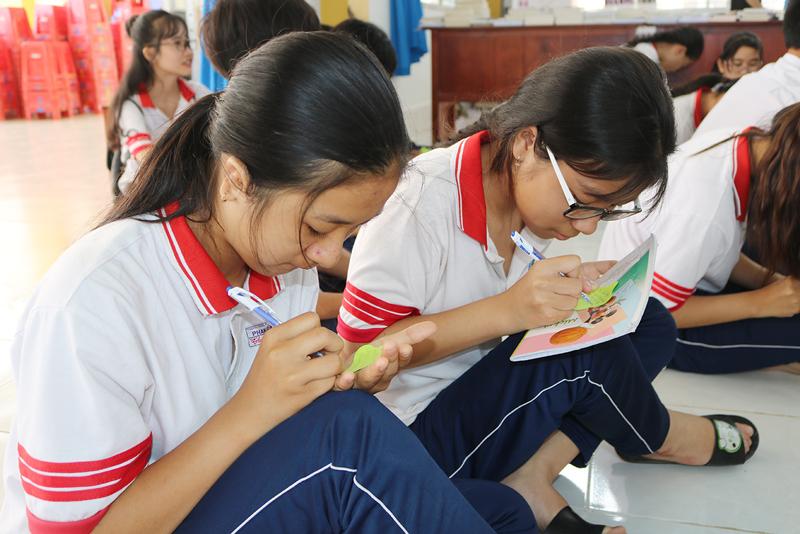 Học sinh THPT trên địa bàn huyện Ba Tri tham gia hoạt động trải nghiệm.