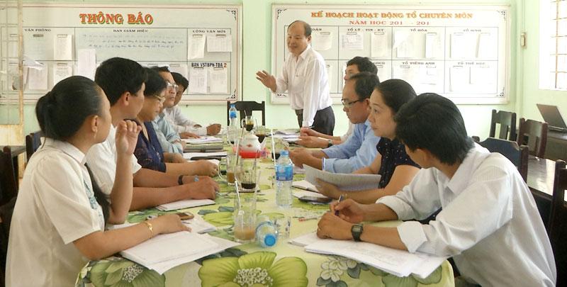 Đoàn làm việc tại Trường THPT Đoàn Thị Điểm. Ảnh: Vă Minh