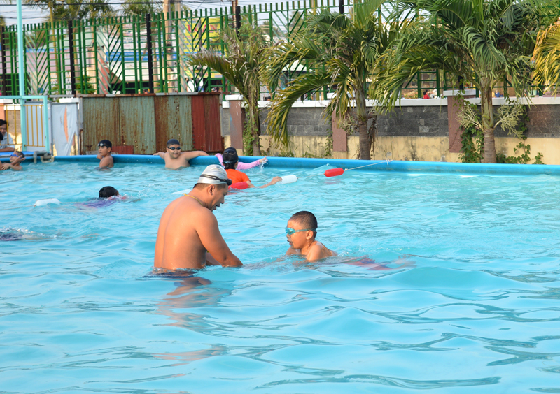 Các em học sinh đang được hướng dẫn bơi tại hồ bơi Thỏ Ngọc.