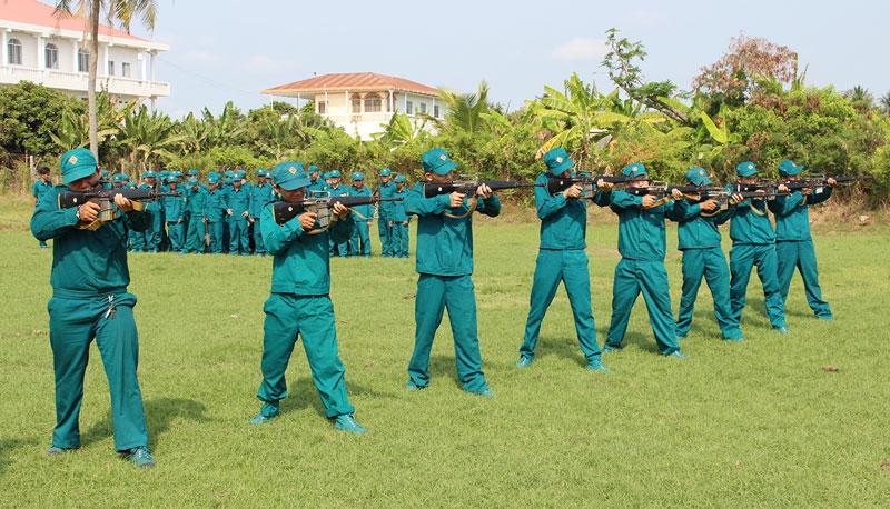 Lực lượng DQTV diễn tập các tư thế vận động sẵn sàng chiến đấu. Ảnh: H. Đức