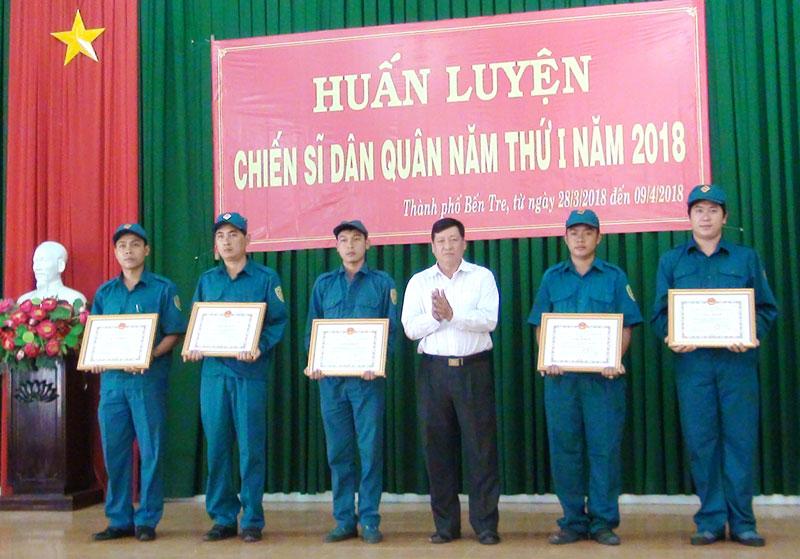 Ông Võ Thanh Hồng - Phó bí thư Thường trực Thành ủy trao giấy khen cho các tập thể hoàn thành tốt công tác huấn luyện dân quân năm 2018. Ảnh: Hồng Quốc