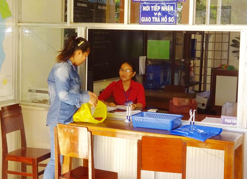 Người dân liên hệ giải quyết thủ tục hành chính tại bộ phận một cửa UBND xã.