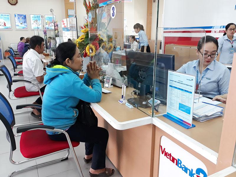 Khách hàng đến các điểm giao dịch trên địa bàn thành phố để đăng ký mở tài khoản thanh toán tiền điện điện tử.