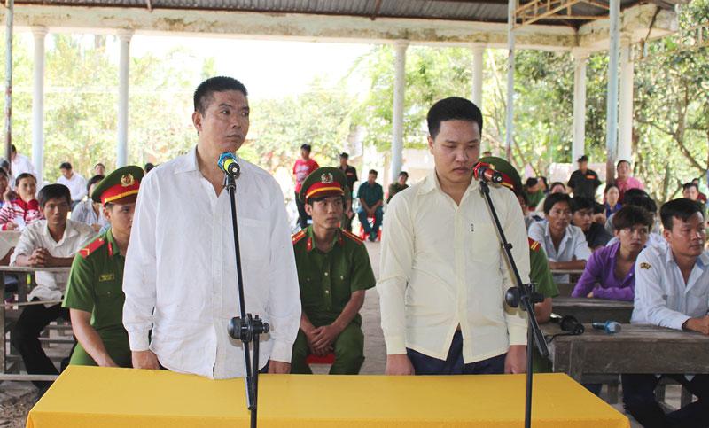 Bị cáo Nguyễn Hoàng Huy (phải) và bị cáo Nguyễn Thanh Tâm tại phiên tòa lưu động hình sự sơ thẩm ngày 12-4-2018. Ảnh: H. Đức