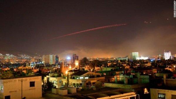 Tên lửa phòng không rực sáng trên bầu trời Syria. Ảnh: AP