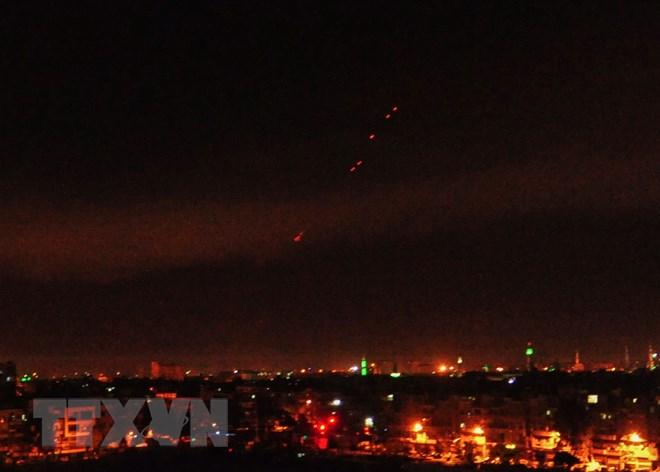Tên lửa đất đối không được lực lượng phòng không Syria phóng lên bầu trời Damascus sau đợt tấn công của liên quân Mỹ-Anh- Pháp rạng sáng 14-4. (Nguồn: THX/TTXVN)