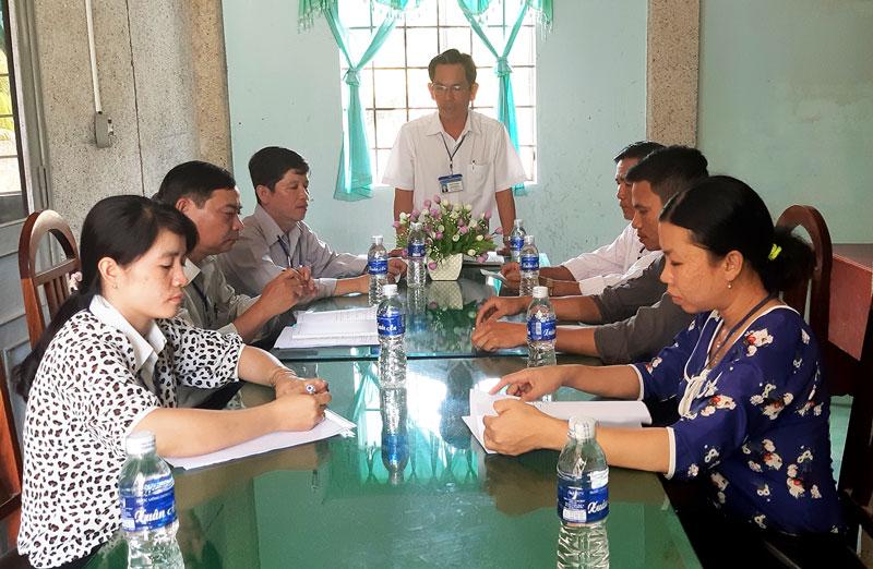 Ông Trần Văn Hải - Bí thư Đảng ủy xã Thành Thới A triển khai kế hoạch đại hội chi bộ trực thuộc cơ sở.