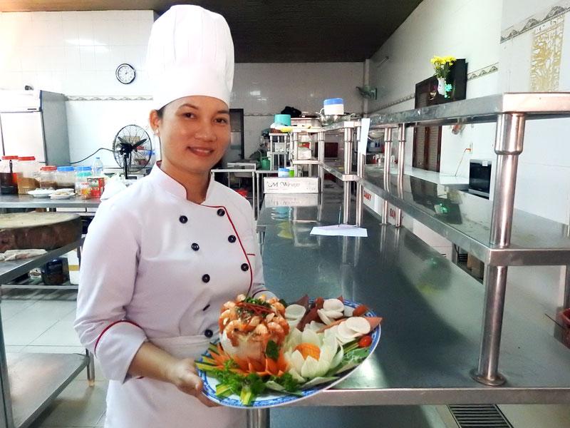 Chị Xuân Lang giới thiệu món gỏi củ hủ dừa tôm thịt.