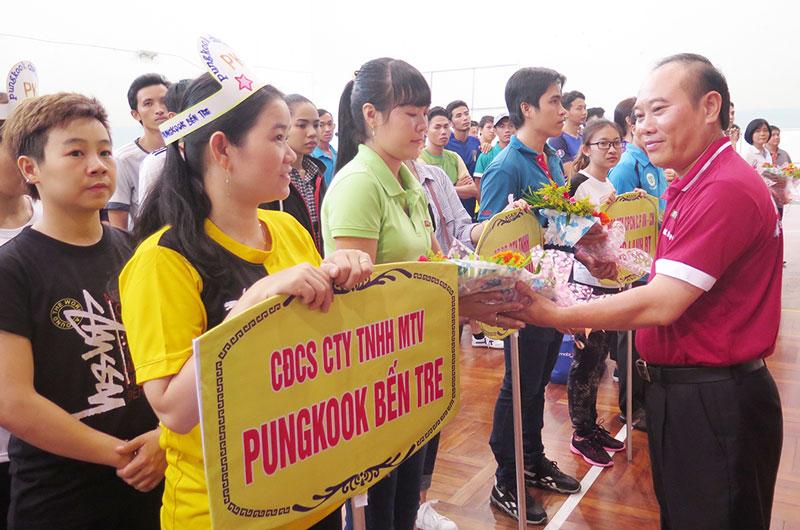 Chủ tịch Công đoàn các khu công nghiệp Phạm Hòa trao cờ cho các đơn vị.