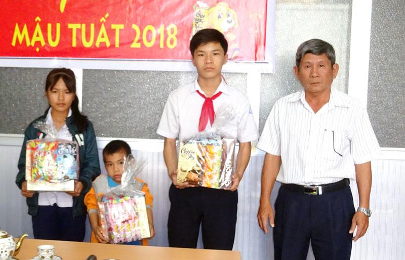 Trao quà Tết cho trẻ em lao động sớm năm 2018.  (Ảnh do trung tâm cung cấp)