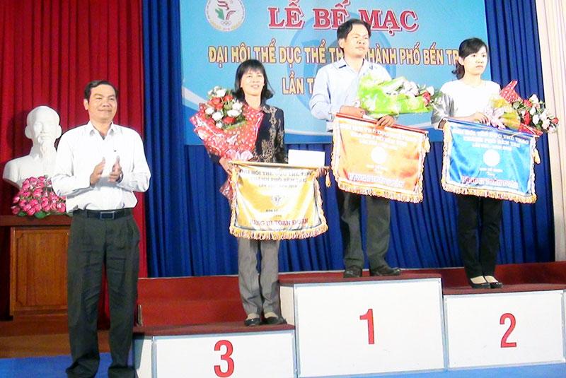 Phó chủ tịch UBND TP. Bến Tre Nguyễn Văn Thương trao giấy khen cho các đơn vị đạt thành tích cao tại đại hội. Ảnh: H. Quốc