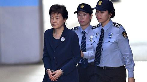 Ngày 6-4-2018, cựu Tổng thống Park Geun-hye bị tòa án quận trung tâm Seoul tuyên án 24 năm tù và phạt 18 tỷ won (tương đương 16,6 triệu USD). Ảnh: Reuters