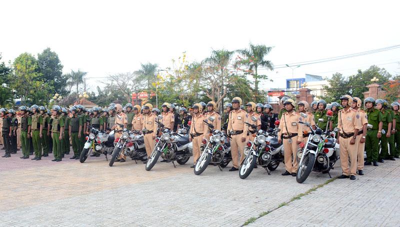 Lực lượng CSGT và các đơn vị nghiệp vụ. Ảnh: Quang Duy