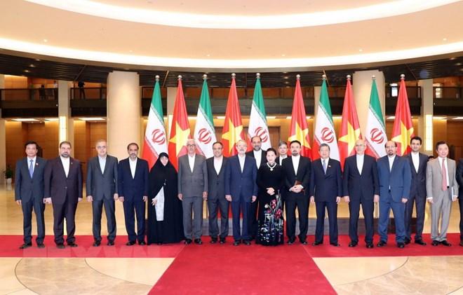Chủ tịch Quốc hội Nguyễn Thị Kim Ngân và Chủ tịch Quốc hội nước Cộng hòa Hồi giáo Iran Ali Ardeshir Larijani chụp ảnh lưu niệm. (Ảnh: Trọng Đức/TTXVN)