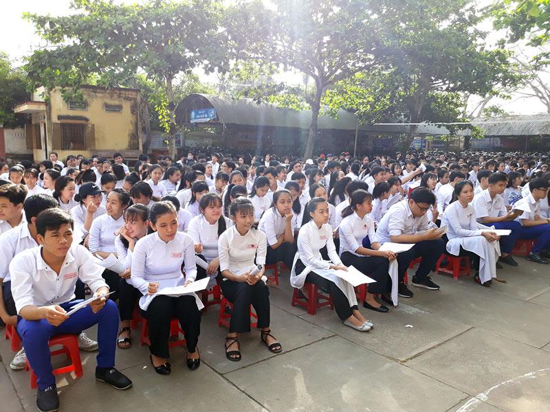 Đông đảo học sinh nghe truyền thông tư vấn nghề, việc làm và xuất khẩu lao động. Ảnh: Diệu Hiền