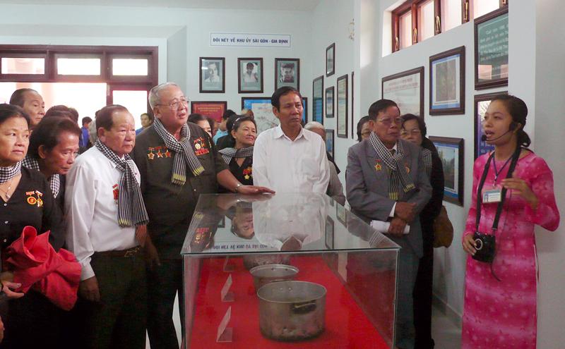 Đoàn khách tham quan Di tích Căn cứ Khu ủy Sài Gòn - Gia Định.