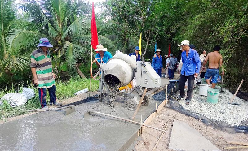 Hội viên nông dân tham gia thực hiện công trình. Ảnh: Huỳnh Lâm