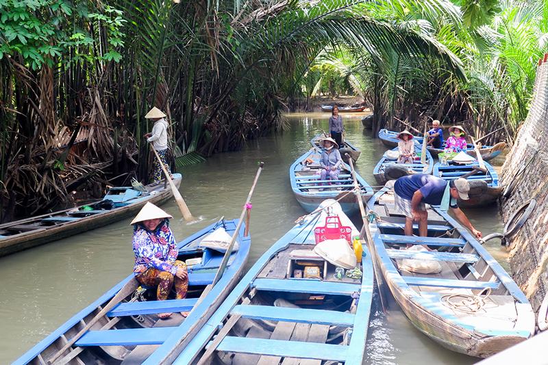 Xuồng chèo đưa rước khách du lịch trên bến rạch Cầu Chùa.