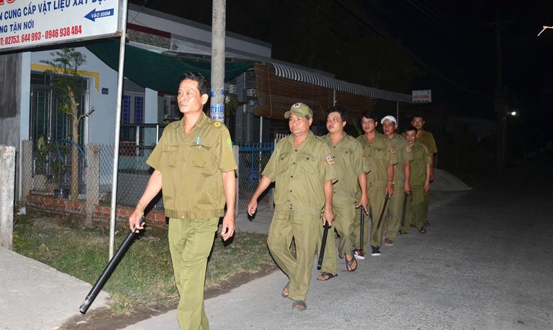 Ông Lê Văn Tám (thứ 2, trái sang) cùng với các anh em trong đội tuần tra.