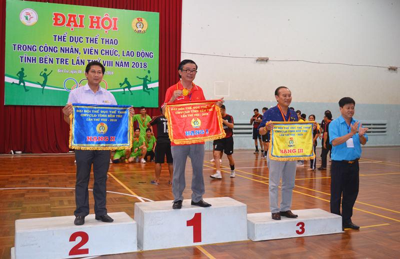 Chủ tịch Liên đoàn Lao động tỉnh Phan Song Toàn trao hạng nhất, nhì và ba toàn đoàn cho các đơn vị. Ảnh: A. Nguyệt