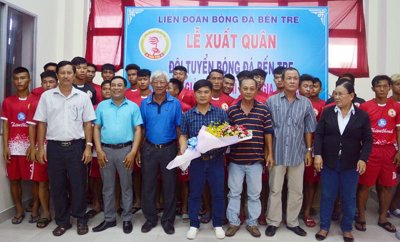 Đội bóng nhận được sự quan tâm động viên của lãnh đạo Sở Văn hóa - Thể thao và Du lịch cùng các nhà tài trợ. Ảnh: A. Nguyệt