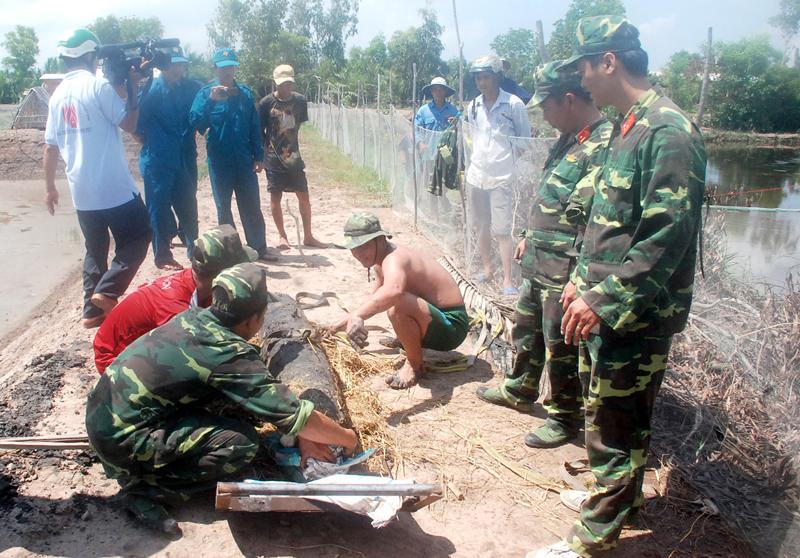 Công binh đang thu gom quả bom ở xã An Qui.
